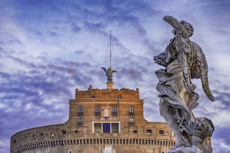 ブルースカイ、ローマ イタリアの雲とカステル サン アンジェロの像 写真素材
