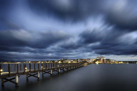 青い湖の桟橋で美しく、平和な lansape