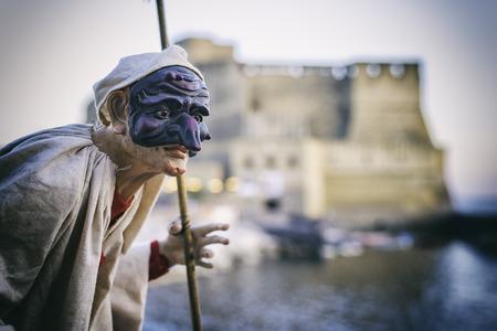 プルチネッラ、ナポリ、南イタリアの伝統のシンボルの伝統的なマスクを持つナポリの美しい風景です。イタリアの旅行の概念