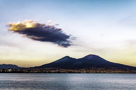 雲喫煙、イタリアのナポリとヴェスヴィオ山の美しい風景