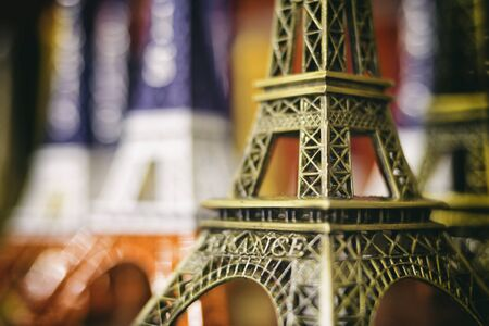 美しいエッフェル塔土産聖霊降臨祭フランス国旗色、パリでの休暇と旅行の概念フランス