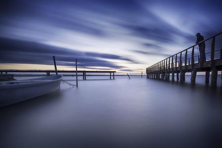 青い湖の桟橋近くにボートで美しく、平和な lansape 写真素材