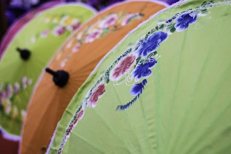 伝統的な装飾が施された中国のカラフルなパラソル