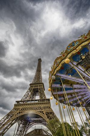曇り空、パリでカルーセルでエッフェル塔の垂直ビュー フランス 報道画像
