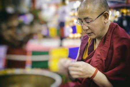 ローマ、2017年 4 月: 伝統的なチベット僧ローマの東洋祭りで彼の手での作業 報道画像
