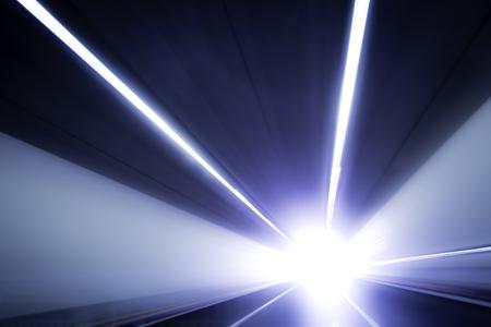 運動道路光線。トンネルの終わりに光の概念