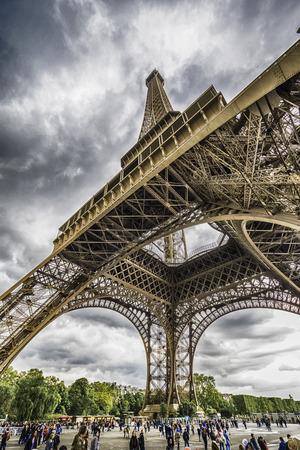 タワーの下の人とパリ、フランス - 2017年 4 月: 美しいエッフェル塔垂直写真 報道画像
