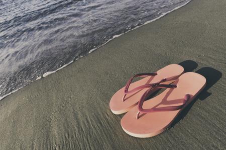 ビーチで休日概念の美しいスリッパ 写真素材