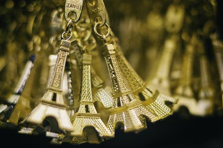 美しいゴールデン エッフェル塔キーリング、パリでの休暇と旅行のコンセプト
