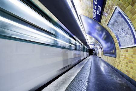パリ、フランスの首都の地下ライト 写真素材