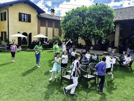 ミラノ, イタリア - 2017 年 5 月まで幸せな子供たちは公園で遊んで