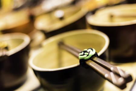 伝統的な中国のティーポットとスティックのクローズ アップ