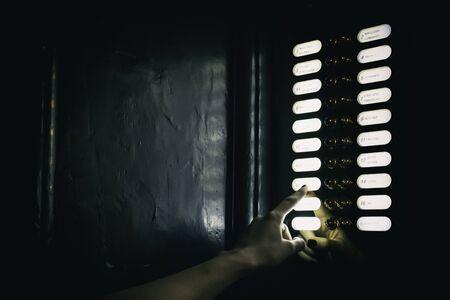 ビンテージのドアホンを鳴らす指