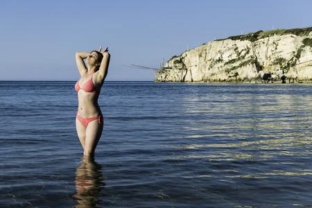 海、夏の休暇の概念でセクシーなビキニ女性