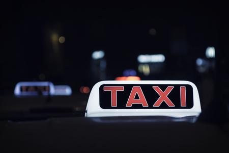街の夜のタクシー光シンボル 写真素材