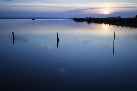 青い湖、穏やかなコンセプトの夕日