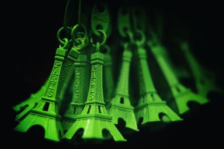 美しい緑エッフェル塔キーリング、パリでの休暇と旅行のコンセプト 写真素材