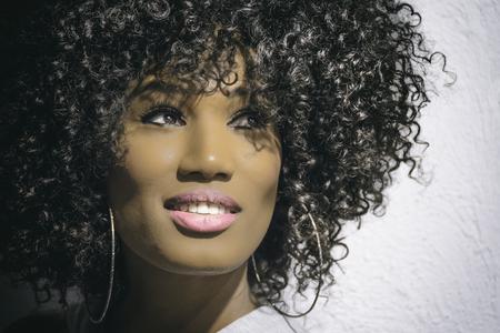 ミラノ、イタリア 2017年 5 月: 美しい黒若い女性大きな巻き毛を持つ。イタリア ・ ミラノの店で撮影