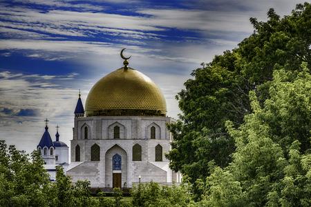 青空の下で美しいロシア正教会聖堂