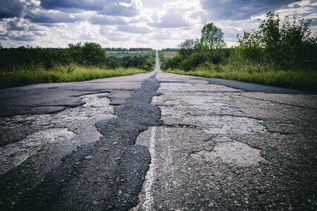悪い道路を破損して壊れたアスファルト、困難な生活概念で
