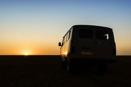 砂漠の夕日でヴィンテージのレトロな車