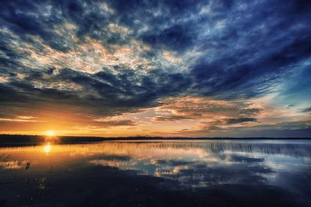 湖の美しい赤い日没の風景 写真素材