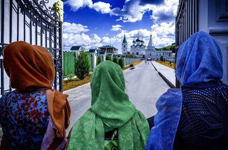 色のスカーフ、信仰概念で正統派の女性 写真素材