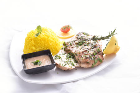 Poitrine de poulet grillé avec riz à la chaux Banque d'images - 97149024