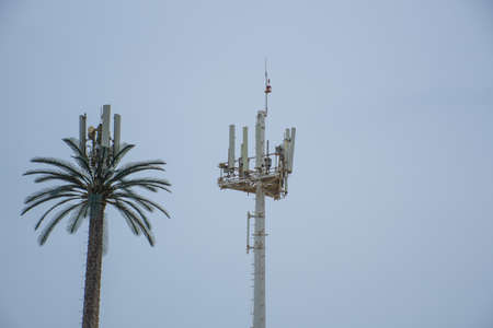 A cellular mobile coverage tower against a blue sky 免版税图像
