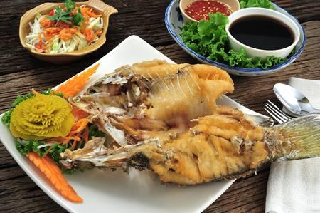 pescado frito: Pescado frito con salsa de pescado