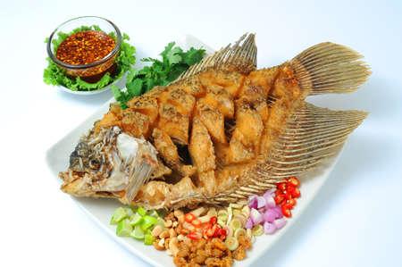 pescado frito: Pescado frito con salsa de hierbas