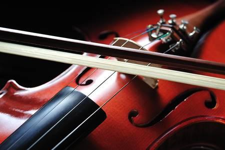 orquesta: Violín instrumento musical sobre fondo negro Foto de archivo