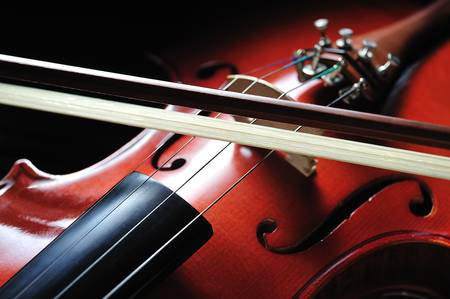 orquesta clasica: Violín instrumento musical sobre fondo negro Foto de archivo