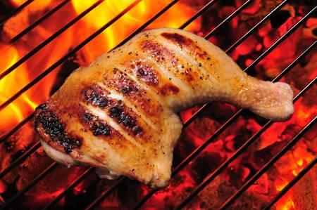 불타는 그릴에 구운 닭 허벅지
