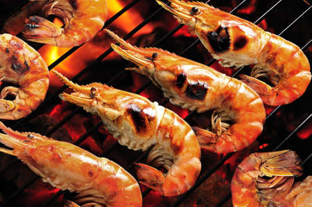 barbecue: Crevettes grill�es sur barbecue enflamm�