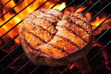 carne asada: Filete de buey a la parrilla con las llamas. Foto de archivo