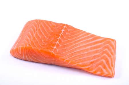 steak cru: poissons Pav� de saumon rouge sur fond blanc