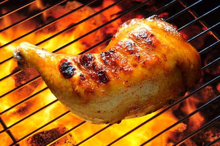 pollo asado: Muslo de pollo a la parrilla en la parrilla llameante