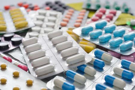stapel van veel verschillende pillen