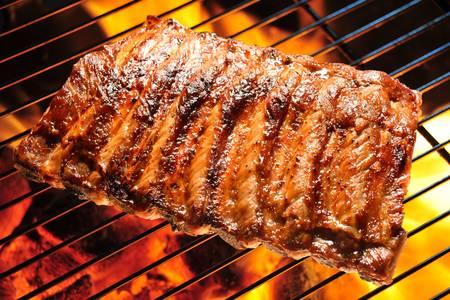 barbecue ribs: Costillas de cerdo a la parrilla en la parrilla Foto de archivo