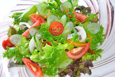 ensalada verde: ensalada de verduras en el plato Foto de archivo