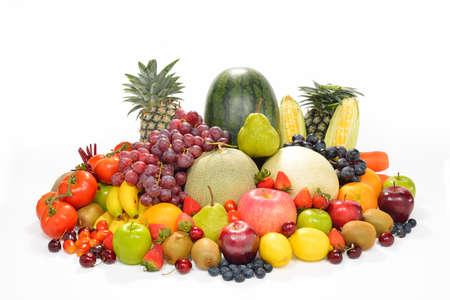 ensalada de frutas: frutas y verduras aislados en blanco