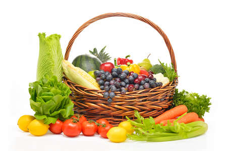 canastas con frutas: frutas y verduras en la cesta aislados en blanco