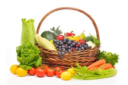 fruitmand: groenten en fruit in de mand geïsoleerd op wit Stockfoto