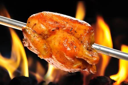 炎の背景にロースト チキン 写真素材
