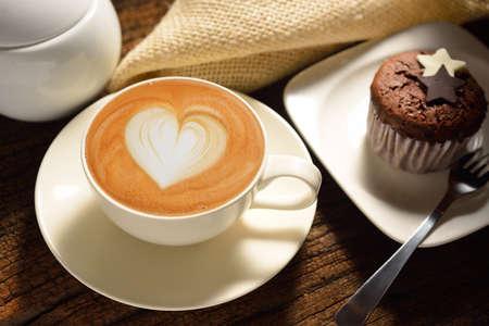 capuchino: Una taza de caf� con leche y la torta