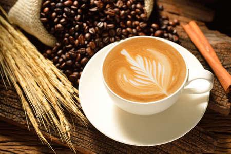 Een kopje cafe latte en koffiebonen