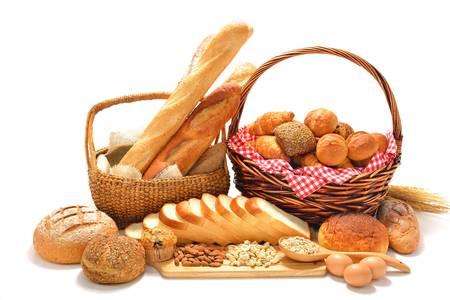 буханка: хлеб и булочки, изолированных на белом фоне
