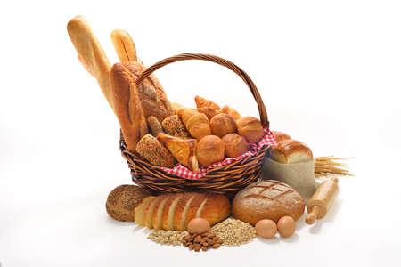 canasta de panes: pan y bollos aislados en fondo blanco