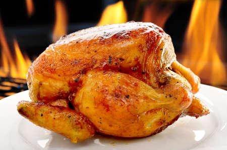 하얀 접시에 구운 닭고기